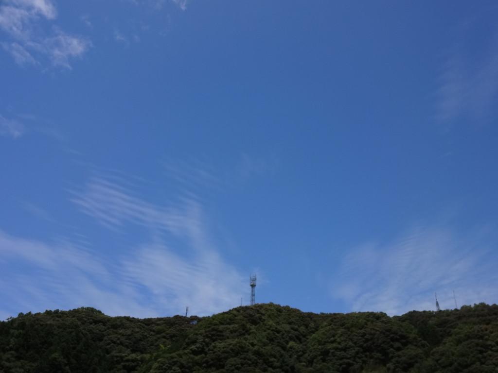 ビリビリビリ・・・と何かを発振しているような雲(笑)
